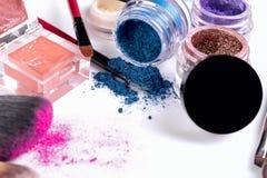 Cosmétiques et brosses professionnels pour le maquillage sur un fond blanc Photos libres de droits