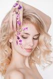 Cosmétiques et manucure Portrait en gros plan de femme attirante avec les fleurs sèches sur son visage, couleur en pastel de conc Photos libres de droits