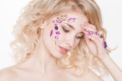 Cosmétiques et manucure Portrait en gros plan de femme attirante avec les fleurs sèches sur son visage, couleur en pastel de conc Images libres de droits