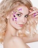 Cosmétiques et manucure Portrait en gros plan de femme attirante avec les fleurs sèches sur son visage, couleur en pastel de conc Photos stock