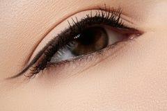Cosmétiques. Instruction-macro d'oeil de beauté avec le renivellement d'eye-liner Photos stock