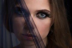 Cosmétiques lumineux sur des jeunes femmes et des lèvres noires images stock