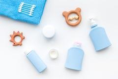 Cosmétiques naturels de bain pour des enfants Bouteilles, serviette et jouets sur la vue supérieure de fond blanc Images stock