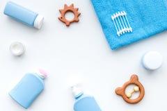 Cosmétiques naturels de bain pour des enfants Bouteilles, serviette et jouets sur le copyspace blanc de vue supérieure de fond Photos libres de droits