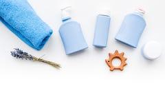 Cosmétiques naturels de bain pour des enfants Bouteilles, serviette et jouets sur le copyspace blanc de vue supérieure de fond Image stock