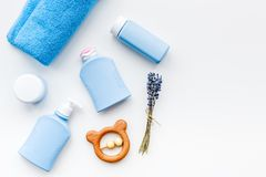 Cosmétiques naturels de bain pour des enfants Bouteilles, serviette et jouets sur le copyspace blanc de vue supérieure de fond Photo libre de droits