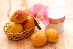 Cosmétiques organiques basés sur des extraits de fruit et de fleur Photographie stock libre de droits