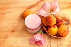 Cosmétiques organiques basés sur des extraits de fruit et de fleur Photos libres de droits