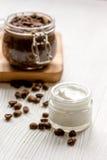 Cosmétiques organiques basés sur le fond en bois de café Images stock