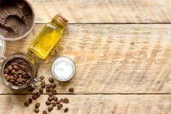 Cosmétiques organiques basés sur le fond en bois de vue supérieure de café Photo stock