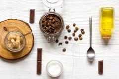 Cosmétiques organiques basés sur le fond en bois de vue supérieure de café Photographie stock
