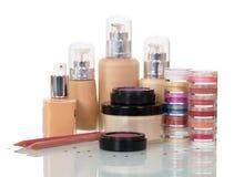 Cosmétiques professionnels réglés pour le maquillage, clou d'isolement sur le blanc Images libres de droits