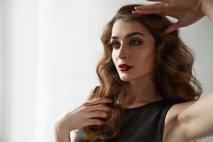 Cosmétiques rouges d'yeux bleus de lèvres de beau de femme maquillage sexy de couleur Photos libres de droits