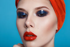 Cosmétiques rouges d'yeux bleus de lèvres de beau de femme maquillage sexy de couleur Image stock