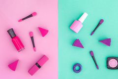 Cosmétiques sur le fond coloré Vernis à ongles et rouge à lèvres roses et violets sur la vue supérieure de fond rose et en bon ét Images stock