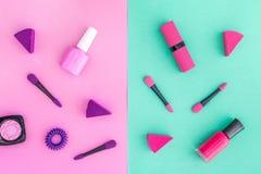 Cosmétiques sur le fond coloré Vernis à ongles et rouge à lèvres roses et violets sur la vue supérieure de fond rose et en bon ét Images libres de droits