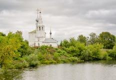 Cosmas y Damian Church en la montaña de Yarunovo - iglesia ortodoxa en Suzdal Foto de archivo libre de regalías