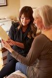 Cosmetólogo Advising Female Client en productos de belleza Fotografía de archivo libre de regalías