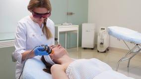 Cosmetólogo calificado que usa el laser en el tratamiento médico almacen de video