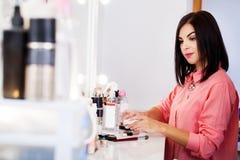 Cosmetólogo profesional que experimenta procedimiento de la extensión de la pestaña foto de archivo