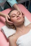 Cosmetólogo que hace masaje Fotos de archivo