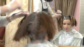 Cosmetólogo y cliente, muerte del pelo almacen de metraje de vídeo