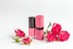 Cosmetici decorativi di colore della bacca con la fine bianca del fondo delle rose su Fotografia Stock Libera da Diritti