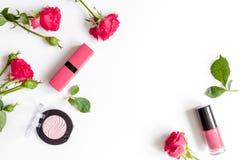 Cosmetici decorativi di colore della bacca con la vista superiore del fondo bianco delle rose Fotografia Stock