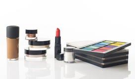 Cosmetici decorativi isolati sopra bianco Fotografie Stock Libere da Diritti