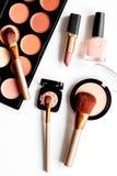 Cosmetici decorativi nudi sulla vista superiore del fondo bianco Fotografia Stock Libera da Diritti