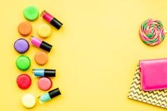 Cosmetici decorativi sulla vista superiore del fondo giallo Immagine Stock