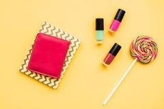 Cosmetici decorativi sulla vista superiore del fondo giallo Fotografia Stock