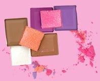Cosmetici decorativi variopinti su fondo rosa Vista superiore Fotografie Stock