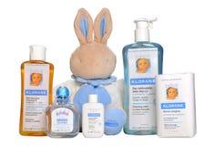 Cosmetici del bambino isolati su bianco Cosmetici ipoallergenici naturali di un insieme per l'infante - Bebe Klorane Fotografia Stock