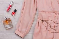 Cosmetici del ` s delle donne con un vestito chiffon Immagini Stock