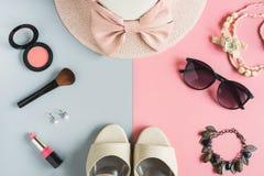Cosmetici delle donne e oggetti di modo con lo spazio della copia Fotografia Stock Libera da Diritti
