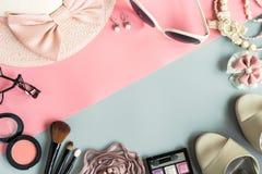 Cosmetici delle donne e oggetti di modo con lo spazio della copia Fotografia Stock