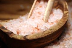 Cosmetici di Natuaral con il sale himalayano rosa della stazione termale Sale da bagno del mare per rilassamento sano della stazi fotografie stock libere da diritti