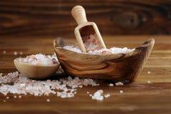 Cosmetici di Natuaral con il sale himalayano rosa della stazione termale Sale da bagno del mare per rilassamento sano della stazi fotografia stock libera da diritti