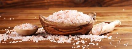 Cosmetici di Natuaral con il sale himalayano rosa della stazione termale Sale da bagno del mare per rilassamento sano della stazi immagine stock libera da diritti