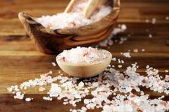 Cosmetici di Natuaral con il sale himalayano rosa della stazione termale Sale da bagno del mare per rilassamento sano della stazi immagini stock