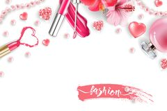 Cosmetici e fondo di modo con gli oggetti del truccatore: la lucentezza del labbro, profumo, perla rosa borda, cuori scintillanti Immagine Stock Libera da Diritti