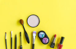 Cosmetici e fondo di modo con gli oggetti del truccatore: rossetto, ombretti, mascara, eye-liner, correttore, smalto Immagini Stock
