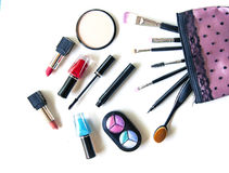 Cosmetici e fondo di modo con gli oggetti del truccatore: rossetto, ombretti, mascara, eye-liner, correttore, smalto Immagine Stock
