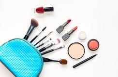 Cosmetici e fondo di modo con gli oggetti del truccatore: rossetto, ombretti, mascara, eye-liner, correttore, spirito dello smalt Immagine Stock Libera da Diritti