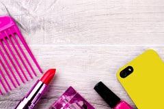 Cosmetici e telefono cellulare Fotografie Stock