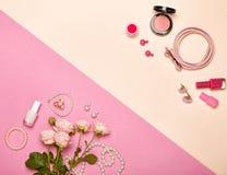Cosmetici ed accessori del ` s delle donne alla moda Fotografia Stock Libera da Diritti