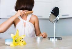 Cosmetici essenziali su una tavola Immagini Stock