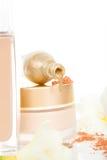 Fondo dorato e beige lussuoso dei cosmetici. Fotografie Stock