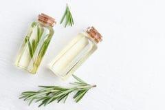 Cosmetici organici con gli estratti di rosmarini delle erbe immagini stock
